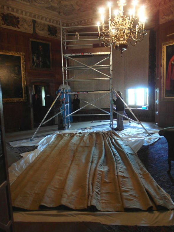 Installation of the curtains after conservation treatment